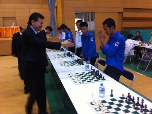 Кирсан Илюмжинов провел сеанс одновременной игры на тридцати досках