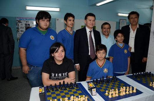 Kirsan_in_the_chess_classroom