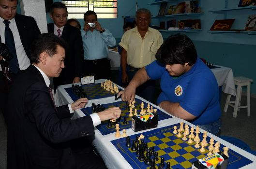 Kirsan_playing_chess_with_a_student
