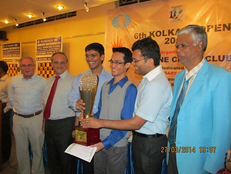 Oliver Babrbosa receives the trophy from P Harikrishna and SS Ganguly CHief arbiter R. Anantharam is at the extreme right.