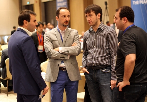 Azeri players speaking with Veselin Topalov
